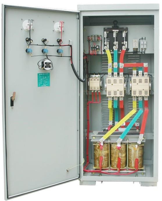 自耦减压启动柜为箱式防护结构,有自耦变压器、交流接触器、智能数显电机保护器(时间继电器、时间继电器)等元件组成,对于75千瓦及以下的产品,系采用自动控制方式,80千瓦及以上的产品,具有手动自动两种控制方式,由转换开关进行切换,智能数显电机保护器在0~240秒内可以自动调节控制起动时间,自耦变压器备有额定电压60%(65%)及80%二组抽头,出厂时接在60%(65%)抽头上,如果用户需要用较大的起动转矩,可接在80%抽头上,并有过载、断相及失压保护。